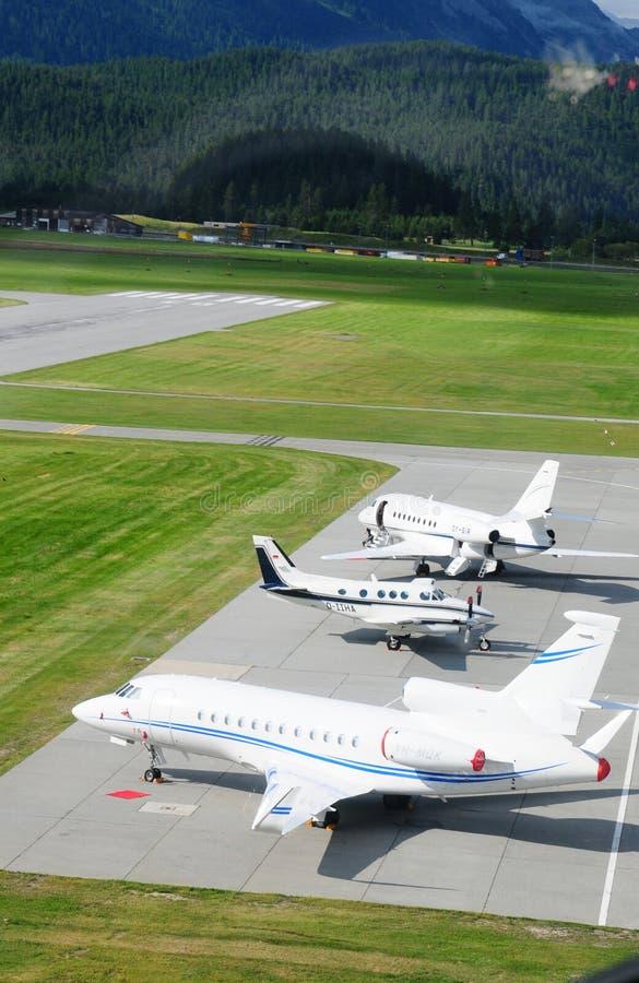 Três jatos privados estacionaram no aeroporto de Samedan no Engadin superior imagens de stock