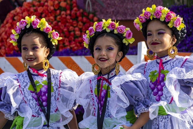 Três jovens latinas de vestimenta tradicional de dança imagem de stock