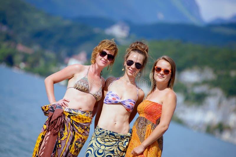 Três jovens mulheres na praia fotos de stock