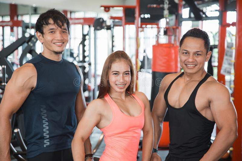 Três jovens que levantam no gym fotos de stock royalty free