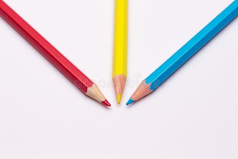 Três lápis de amarelo, de vermelho e de azul, o colors_ preliminar imagem de stock royalty free
