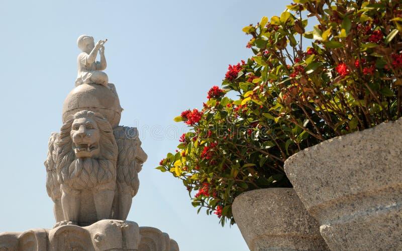 Três leões que guardam uma escultura do globo perto do parque de diversões de Vinpearl imagem de stock