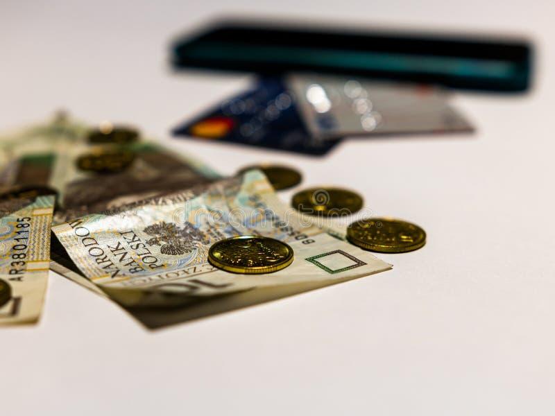 Três métodos do pagamento Foto do dinheiro polonês com os cartões de crédito contemporâneos e do telefone pronto sem contato dent fotografia de stock