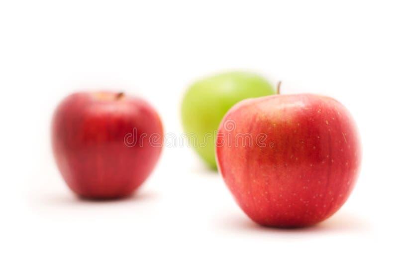 Três maçãs no fundo branco fotos de stock royalty free