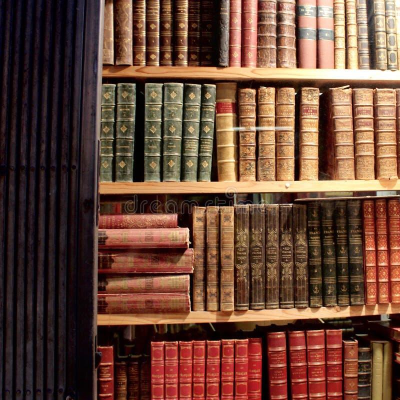 Três mais prateleiras de livros bonitos velhos foto de stock royalty free