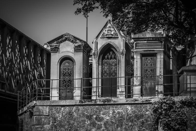 Três mausoléus de pedra da família em preto e branco foto de stock royalty free