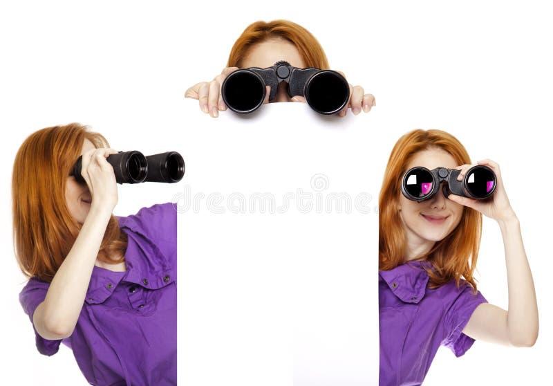 Três meninas adolescentes do redhead com binóculos fotos de stock