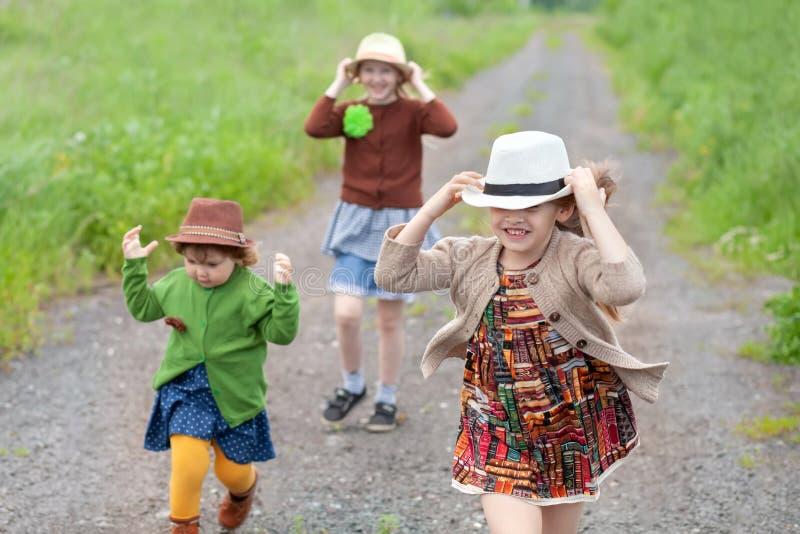 Três meninas adoráveis pequenas das irmãs que têm o divertimento no rancho junto fotografia de stock royalty free