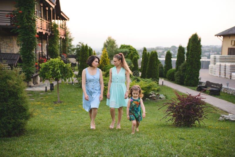 Três meninas de passeio foto de stock