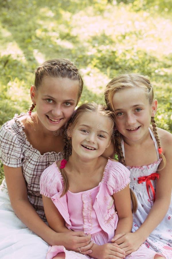 Três meninas fora fotografia de stock