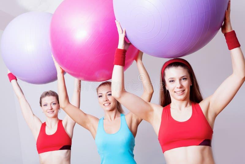 Três meninas no clube dos fitnes fotografia de stock