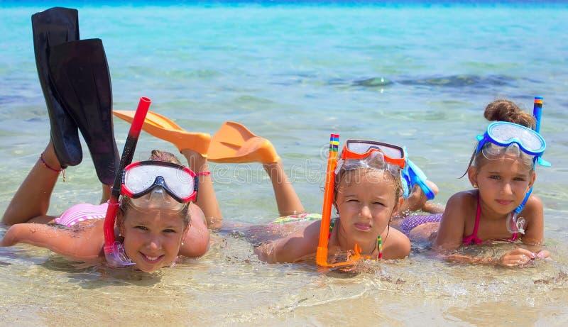 Três meninas no mar foto de stock