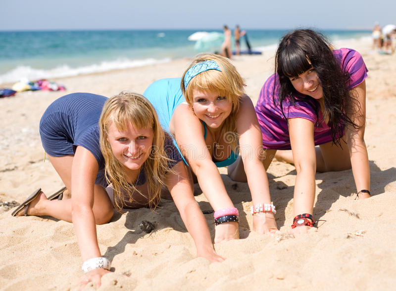 Três meninas no seashore fotos de stock royalty free