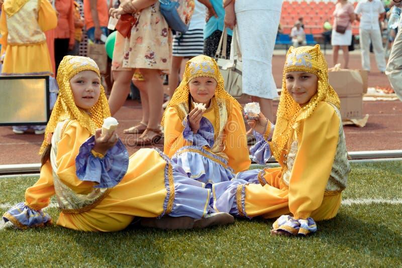 Três meninas no traje Tatar nacional imagens de stock