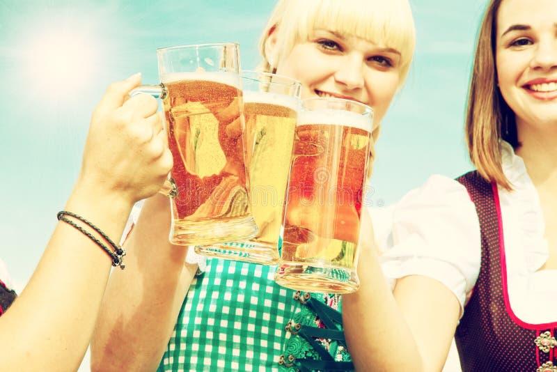 Três meninas que bebem a cerveja fotos de stock