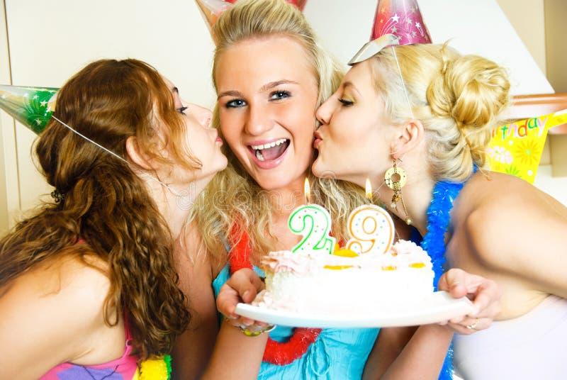 Três meninas que comemoram o aniversário fotos de stock