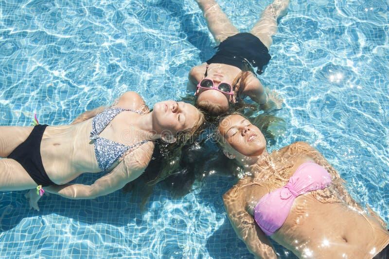 Três meninas que relaxam na associação imagens de stock royalty free