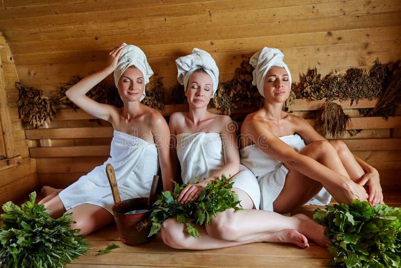 Três meninas que relaxam na sauna fotografia de stock royalty free