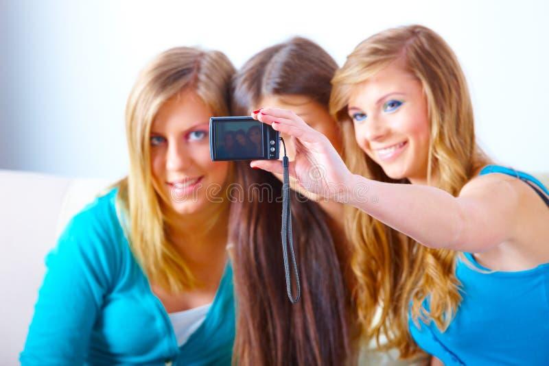 Três meninas que tomam fotos imagens de stock royalty free