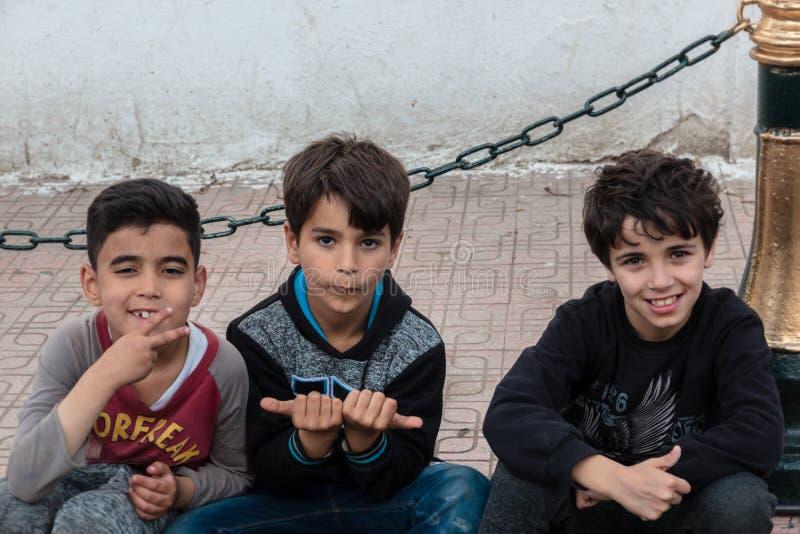 Três meninos argelinos que sorriem em mim fotografia de stock royalty free