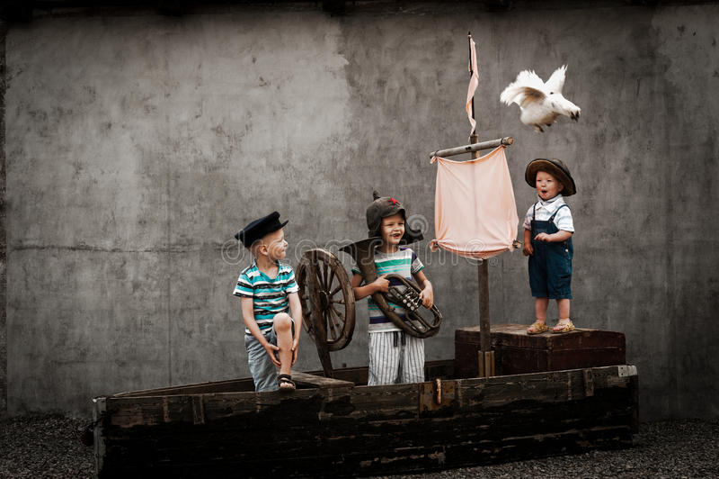 Três meninos bonitos no navio de pirata como marinheiros fotos de stock royalty free