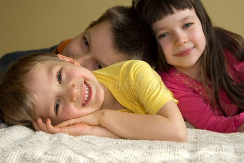 Três miúdos brincalhão imagens de stock