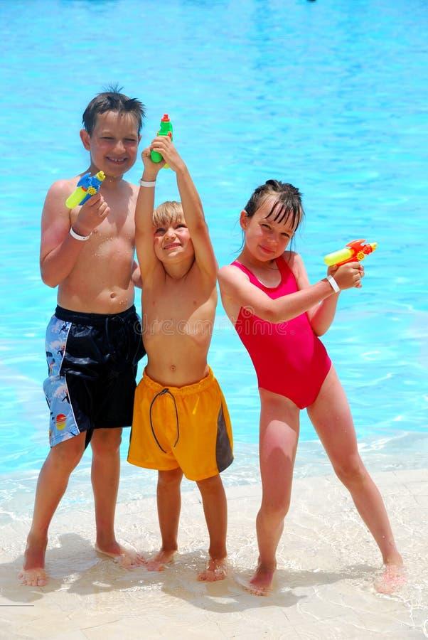 Três miúdos com esguincham injetores imagem de stock