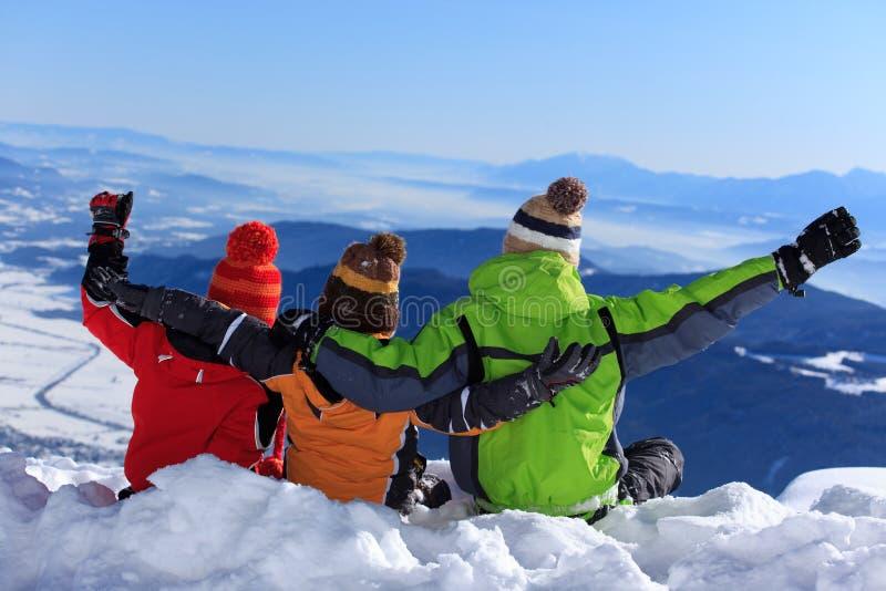 Três miúdos em uma montanha fotografia de stock royalty free