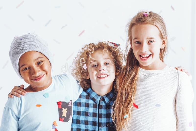 Três miúdos felizes imagens de stock