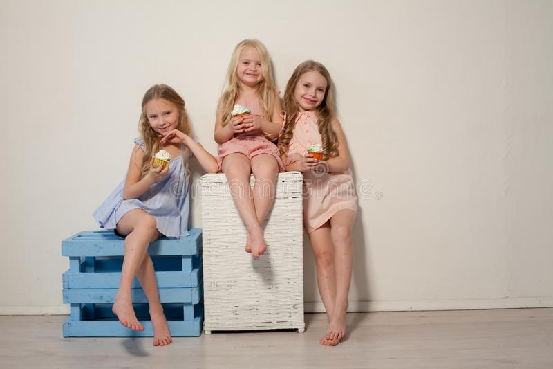 Três moças bonitas e pirulitos doces dos doces fotografia de stock royalty free