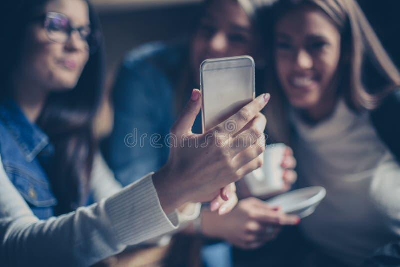 Três moças que tomam o autorretrato junto fotos de stock royalty free