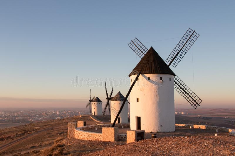 Três moinhos de vento velhos no Alcazar de San Juan, la Mancha de Casilla Rota de Don Quixote spain foto de stock royalty free