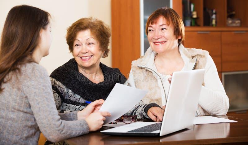 Três mulheres com papéis imagens de stock