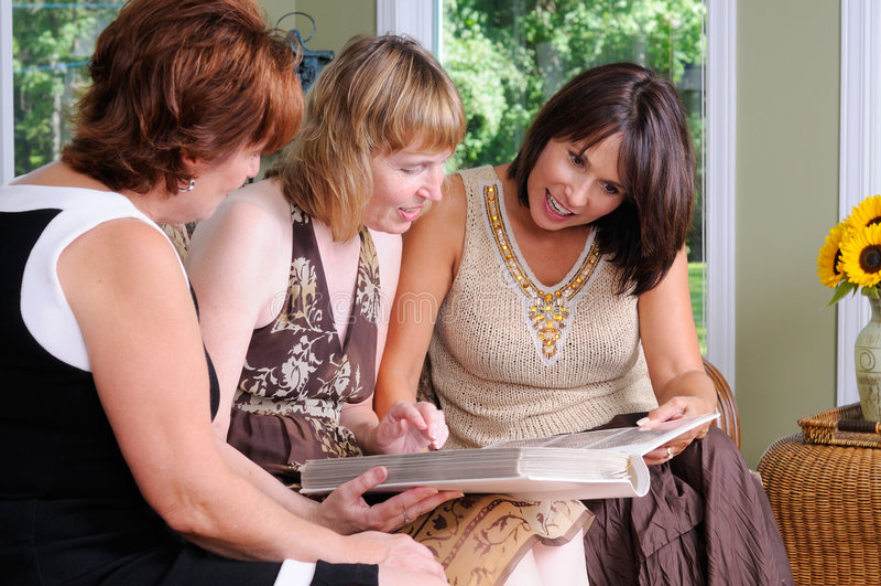 Três mulheres da Idade Média fotos de stock royalty free