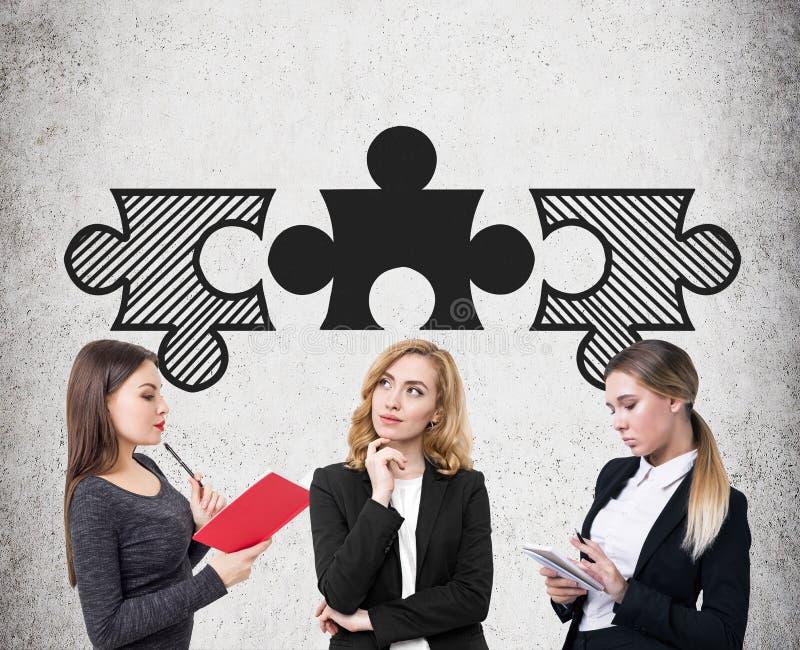 Três mulheres de negócios e partes de harmonização do enigma fotografia de stock