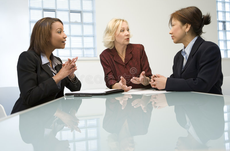 Três mulheres de negócios na reunião fotografia de stock royalty free