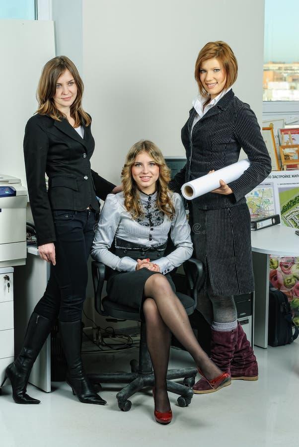 Três mulheres de negócios no escritório arquitetónico fotos de stock royalty free