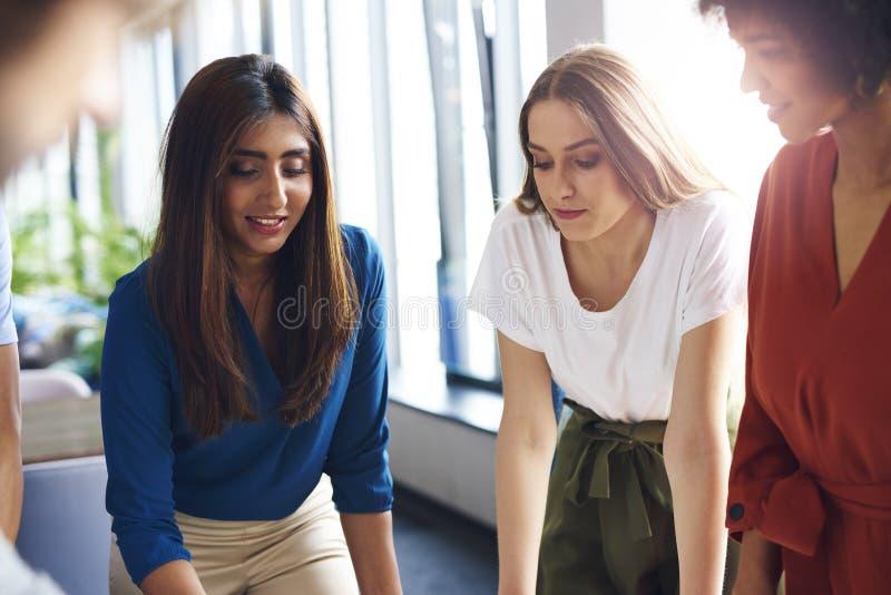 Três mulheres de negócios que trabalham na tabela do escritório imagem de stock