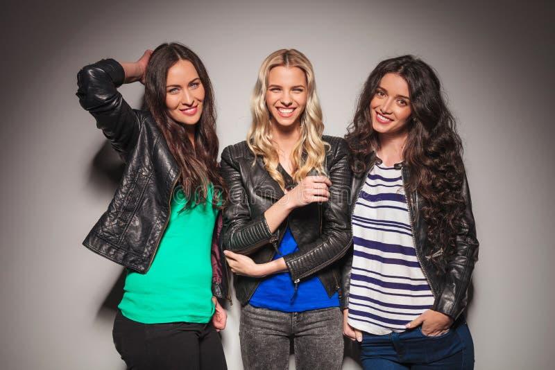 Três mulheres ocasionais novas que têm o divertimento junto fotos de stock