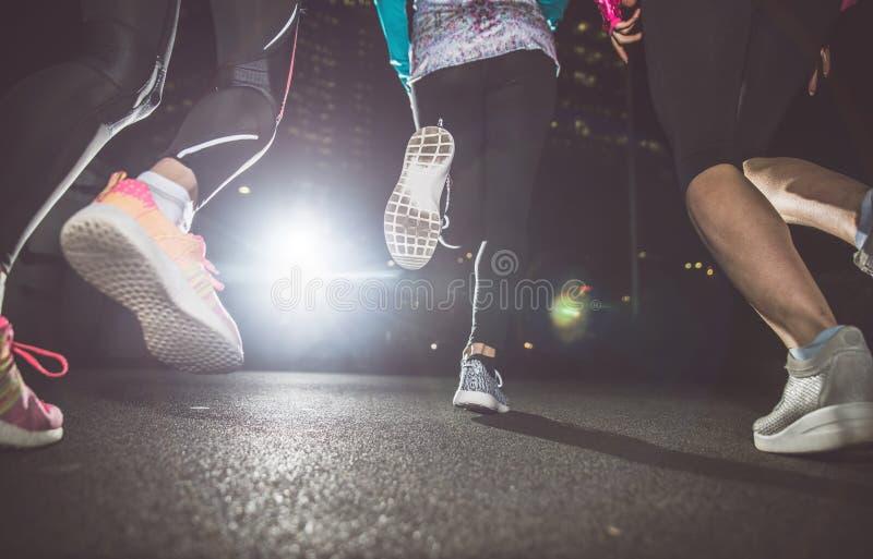 Três mulheres que correm na noite imagens de stock royalty free