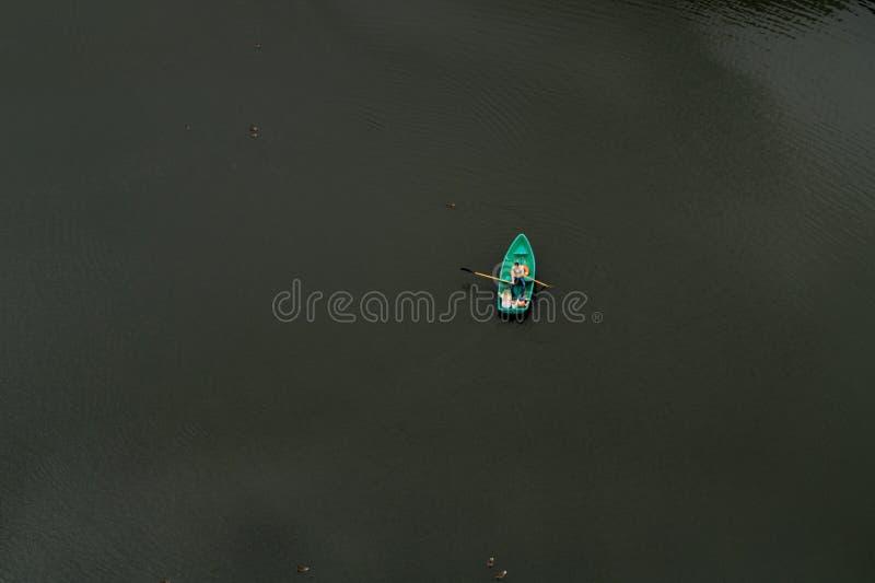 Três no barco, não contando os patos foto de stock royalty free
