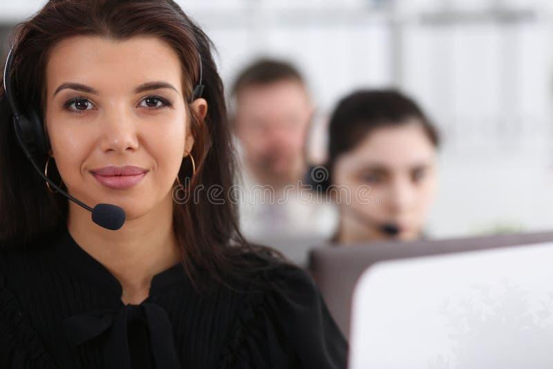 Três operadores do serviço do centro de chamada no trabalho fotos de stock