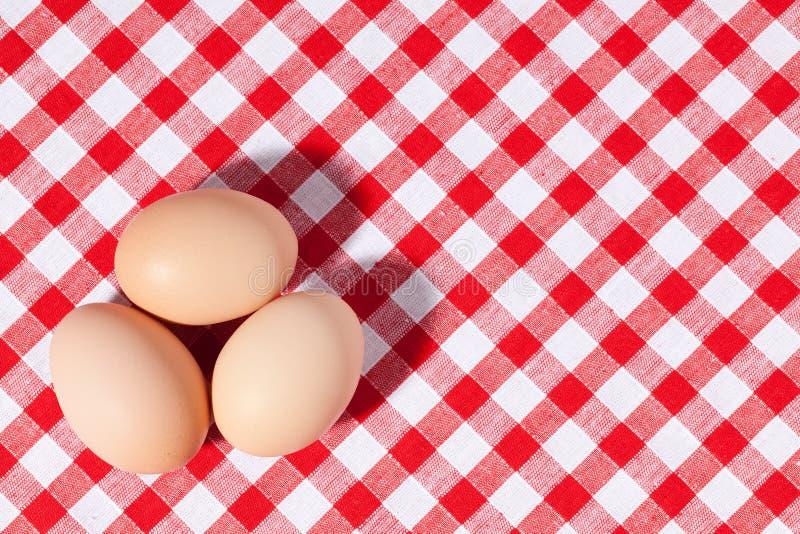 Três ovos no tablecloth do piquenique imagem de stock royalty free