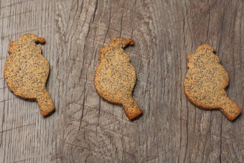Três pássaros das cookies com sementes de papoila imagens de stock royalty free