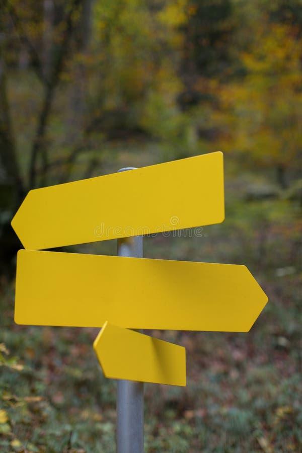 Três painéis amarelos vazios para editar uma mensagem com outono colorem o backgroud fotos de stock