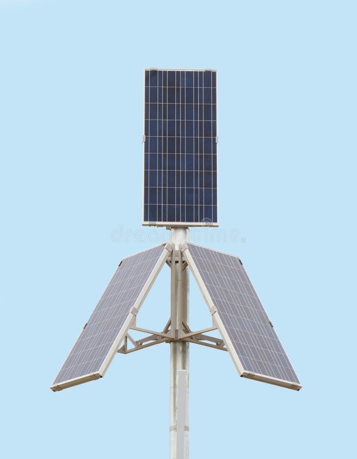 Três painéis solares grandes sobre o céu azul imagens de stock royalty free