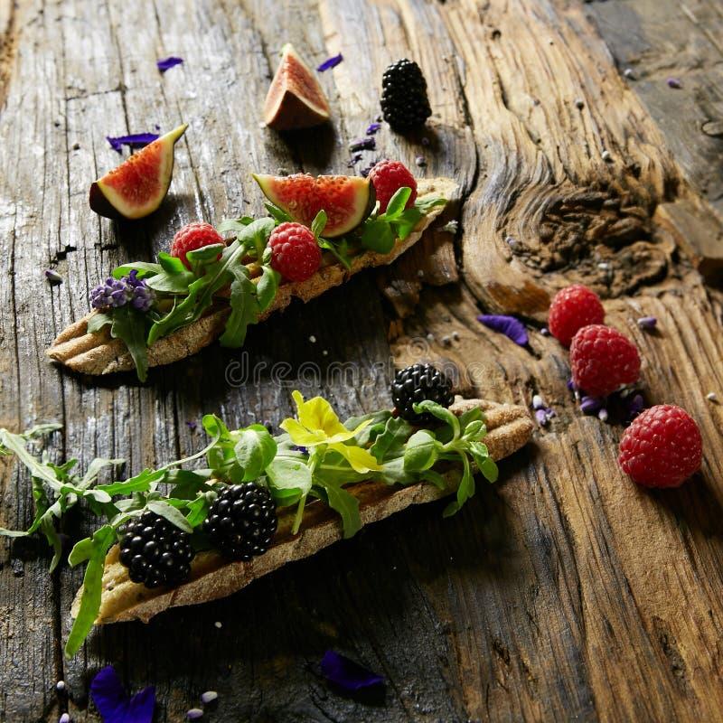Três parcelas de bagas frescas da sobremesa caseiro em um fundo de madeira fotos de stock