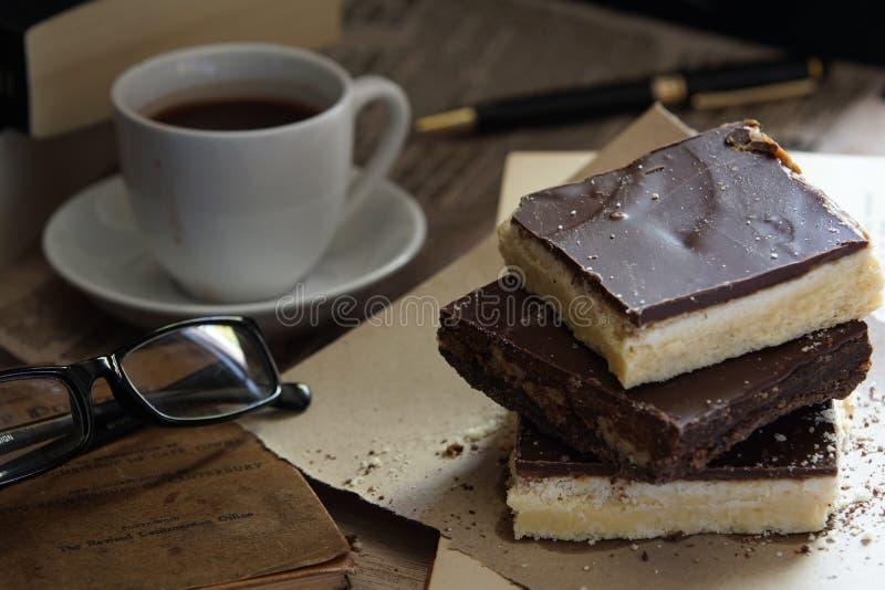Três partes de biscoito amanteigado com livros e café foto de stock