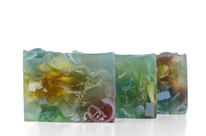 Três partes de sabão feitos a mão multi-coloridas diferentes isoladas no fundo branco foto de stock royalty free