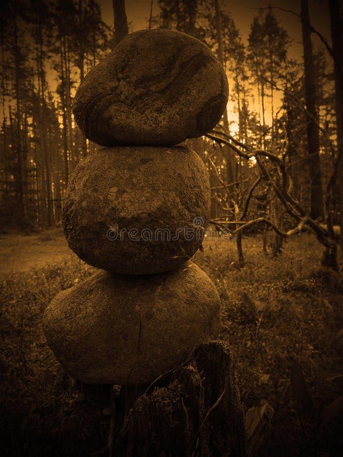 Três pedras empilhadas em uma pirâmide imagens de stock royalty free